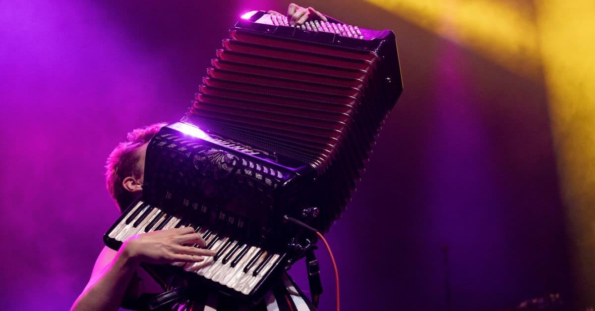Harmonikkavirtuoosi soittaa harmonikkaa lavalla